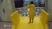 最刺激的水上滑梯,要從鯊魚群中穿過,你敢去嗎?