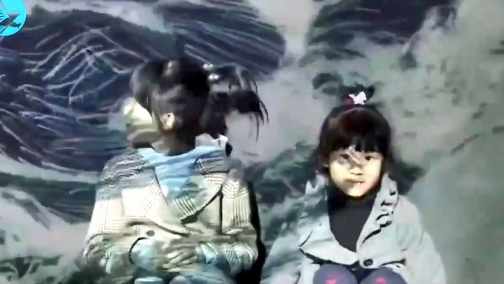 """鮑蕾全家海邊度假,女兒小葉子曬成""""小黑豬""""陸毅實力坑閨女"""