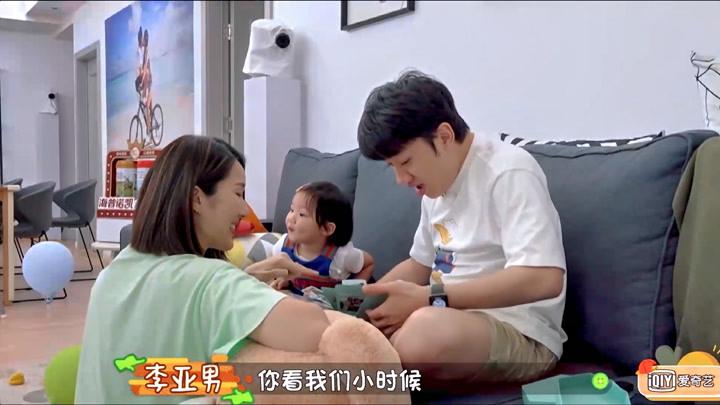 李亞男和女兒給王祖藍準備了禮物,祖藍感動的留下幸福的淚水