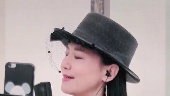 確實是制作人張亞東為我量身定做,只是我按情歌演繹,王菲更具張力個性,我很喜歡????